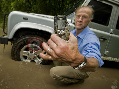 Sir Ranulph Fiennes With The Land Rover S1 Mobile Phone
